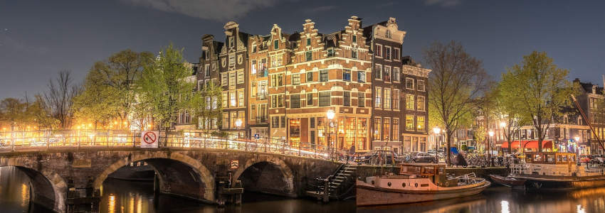 Amsterdam Bridge at night - The essential guide to cruising from Amsterdam